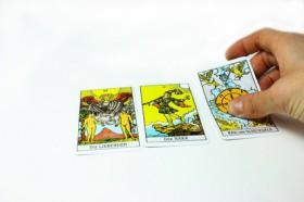 Dara, Hexe, Tarot-Karten, das Einfache Kreuz Foto: © Karola Warsinsky @ Fotolia