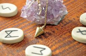 Runen, germanische Schriftzeichen, Rituale Foto: © Fotosasch @ Fotolia