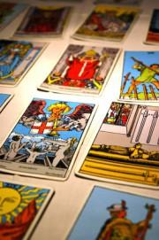 Sexy Hexen - Dara und ihre neuen Tarot-Karten  Foto: © Nathalie Dulex @ Fotolia